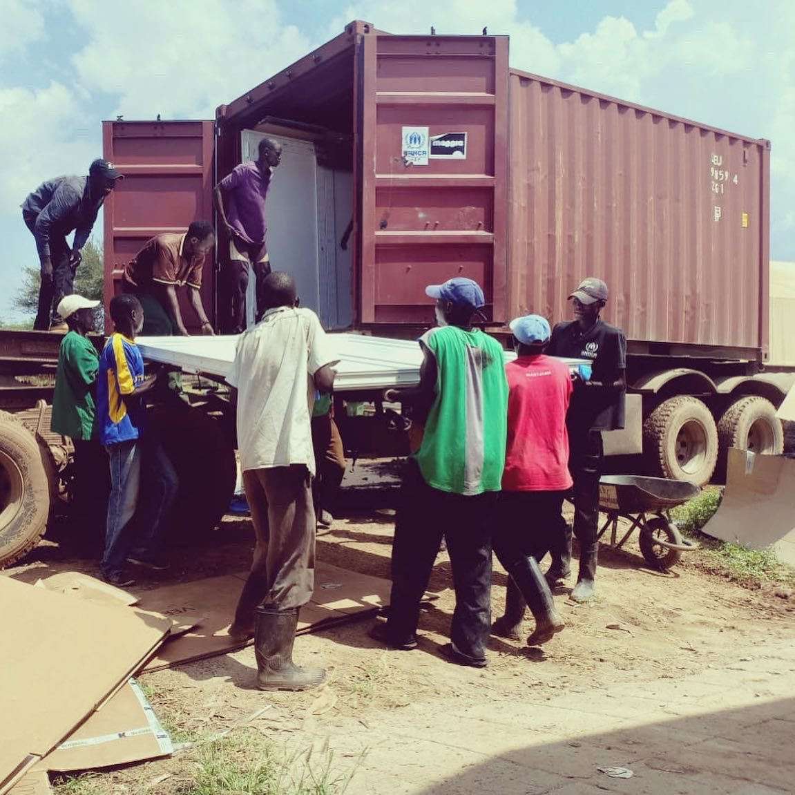 Our new school arrived in #Kakuma! 🙌 @UNHCRBelgie @MaggieProgram @SDGLabSchools projectkakuma.com