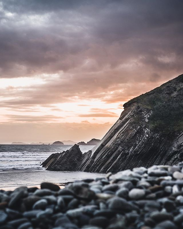 Newgale beach is famous for its two mile stretch of gloriously golden sand. With its large surf, it is considered by many one of the best places to take to the board 🏄 📸 Jordan Lewis instagram.com/jordanlewis_me…