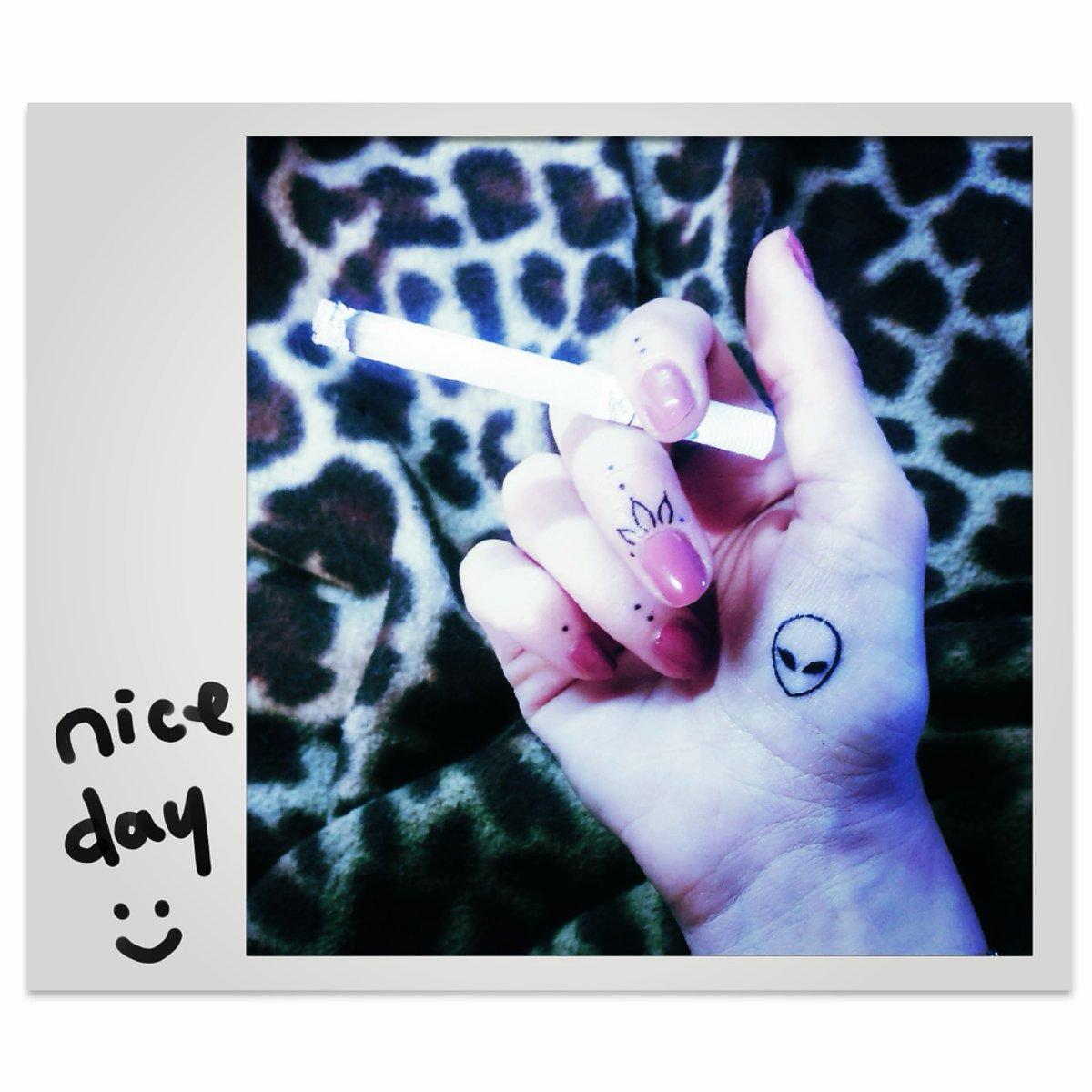 My new fissa: i tattuaggetti sulle mani #handstattoo #tattoo  #iwanttobelievepic.twitter.com/Hxi8gZz5Ns