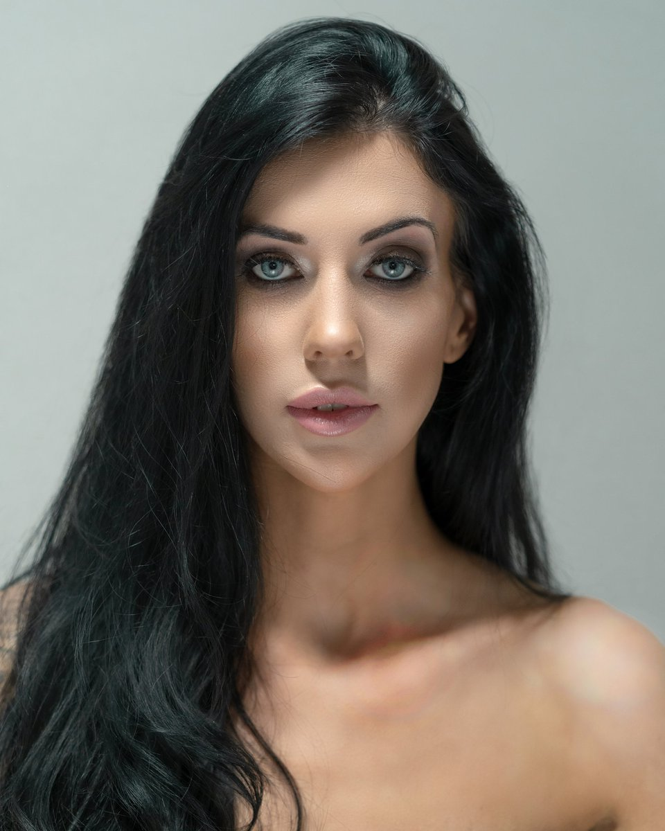 Loved creating this stunning look   Makeup by  @AneesaMunaf  Products used:   Eyes @MorpheBrushes  Foundation doublewear @EsteeLauder ivory beige Contour @BenefitBeauty Hoola bronzer  Lips - Angel @MACcosmetics  #makeup #makeupideas #beautyphoto #instagram #SuperBowlpic.twitter.com/fsAxbGVNV0