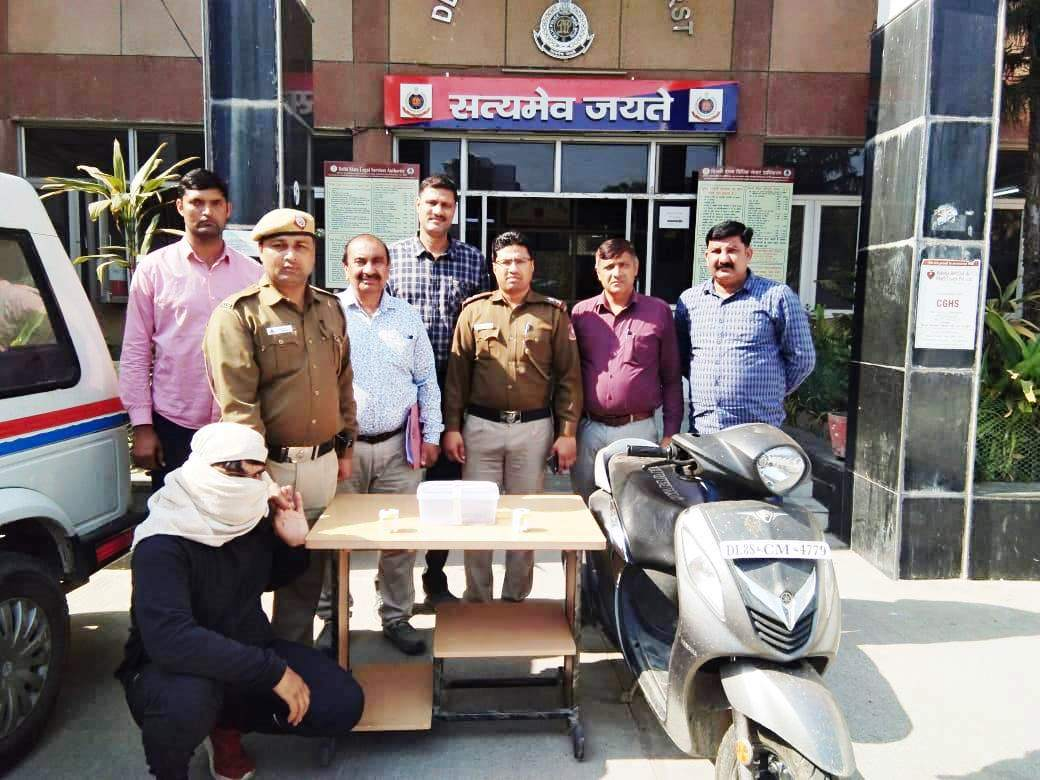 One Rahul Godara @ Vicky, 25 yrs, wanted in 02 cases including one attempt to murder case of PS Dwarka Sector-23, arrested by the Anti-Snatching team of PS Dwarka Sec-23. Recovered one CMP & one Scooty used in the commission of crime. @LtGovDelhi@CPDelhi@DelhiPolice