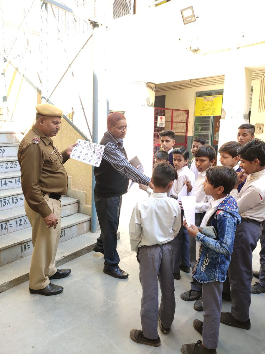 #SchoolVisit by Police personnel during #DelhiPoliceWeek. Told about traffic rules and #112#PoliceDost@DelhiPolice