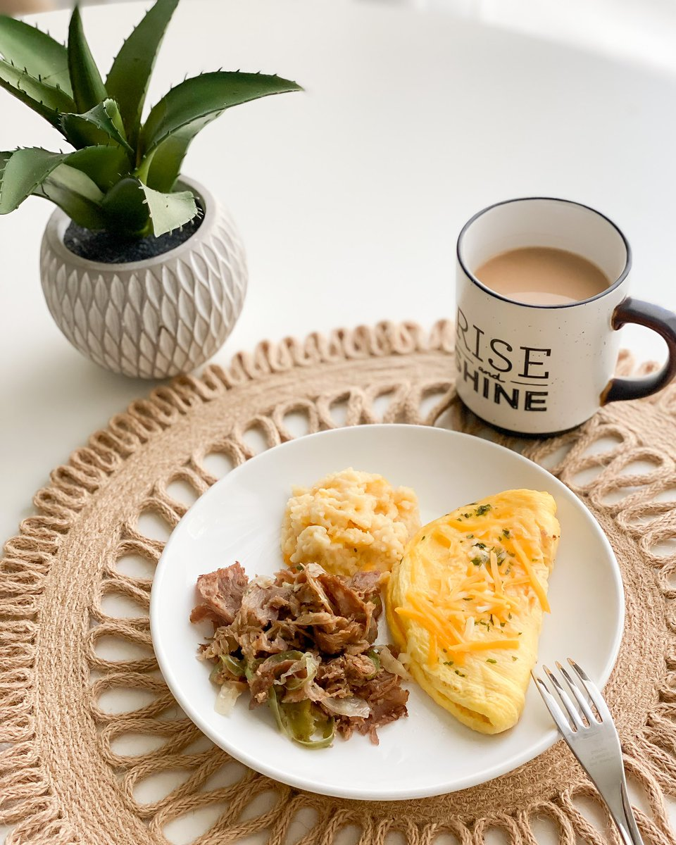 Protein packed breakfast: Philly cheesesteak omelette and southern cheese grits   Watch our info video and place your order here: http://www.EatSensibleMeals.com  #healthyfood #healthyeating #fitfood #cooking #fitness #healthylifestyle #motivation #mealprepping #mealprep #healthypic.twitter.com/wSx1rKPNfN