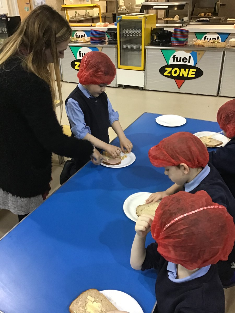P2 were making sandwiches with Linda from @Warburtons ! Not only did we prepare healthy food but we learned about healthy eating, hygiene and tried different ingredients #healthyeating #healthandwellbeing #foodtechnologypic.twitter.com/YJhJZOVB0v