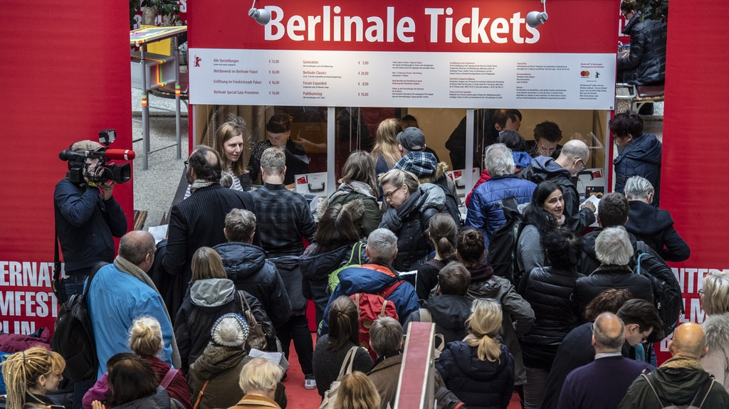 Der Ticket-Vorverkauf für die 70. #Berlinale hat begonnen. Hier erfahren Sie alles über Kartenschalter, den Online-Kauf und die #Tageskassen der Internationalen Filmfestspiele #Berlin https://www.berliner-zeitung.de/kultur-vergnuegen/so-kommen-sie-an-tickets-zur-70-berlinale-li.76217…pic.twitter.com/BdAq2BJvqM