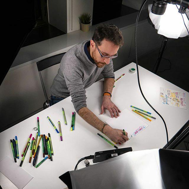 Quello che i tutorial non dicono (quando non li inquadri dall'alto...) Foto di @gabtanisi  Penne @schneiderpen.it  #sketchoftheday #sketchnoting  #graphicrecording #visualthinking  #scribing #graphicfacilitation #tutorial https://ift.tt/2vAS4yJ