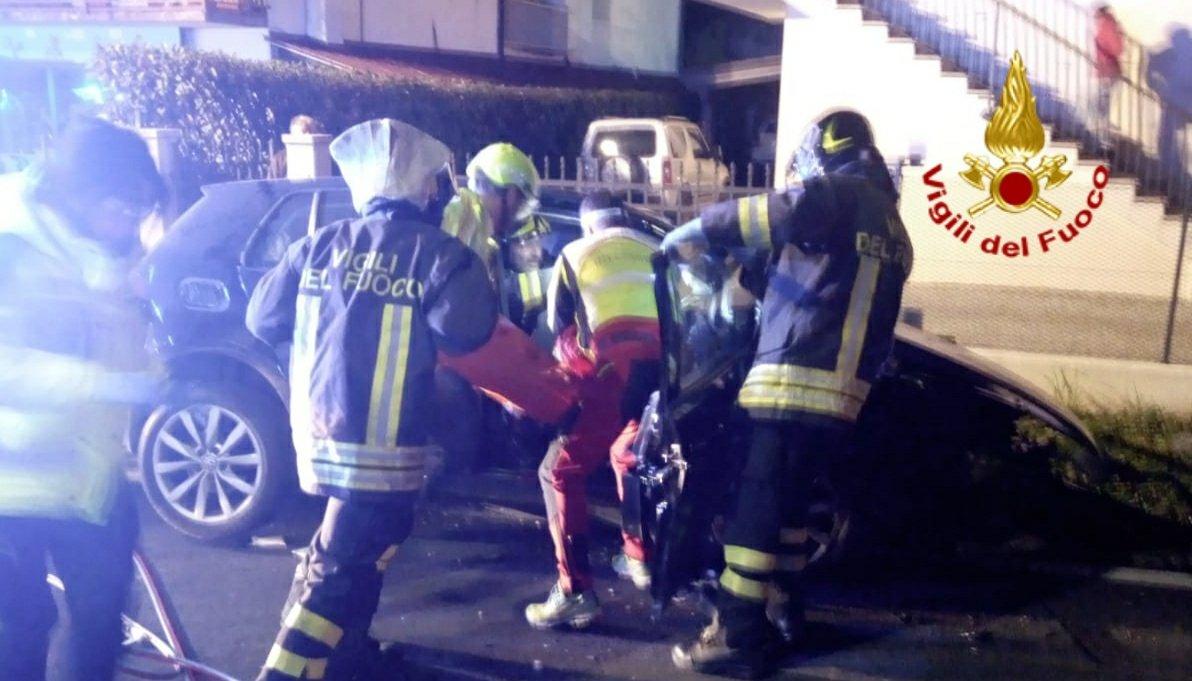 #17febbraio #Valdobbiadene(TV),la notte scorsa, automobilista perde il controllo dell'auto finendo contro il muretto di canale di scolo, rimanendo ferito insieme ad altri due amici. Soccorsi #vigilidelfuoco @SUEM_Veneto #soccorsiquotidiani #allaguidanondistrarti