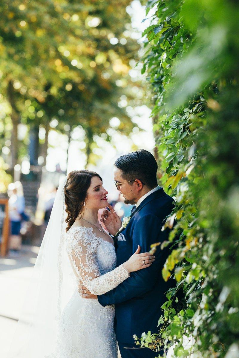 """""""Machen Sie auch lustige Hochzeitsfotos? Wo alle hochspringen oder mit so Accessoires, Bilderrahmen oder so?"""" """"Zum Glück nicht."""" pic.twitter.com/x1pNYng6aO"""