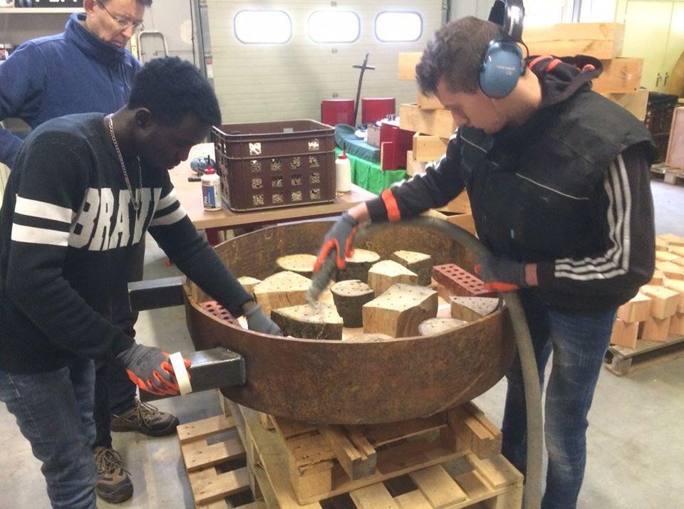 Als 1 team werkten Mustafa, Jan, Jaap en Dani samen om een speciaal #bijenhotel te maken.  Klant leverde een oude metalen ring in met de vraag of dat wij hier een bijenhotel van konden maken.   Jazeker, ook voor maatwerk ben je bij ons aan het juiste adres.  #mondaymotivationpic.twitter.com/hpOLuxCKK4