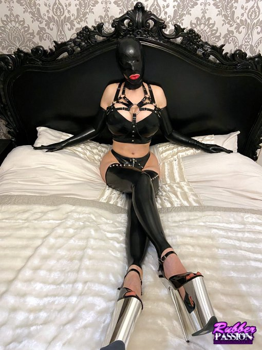1 pic. New sexy rubber lingerie 🖤🖤🖤 @cathouseclothes https://t.co/0GdKXX3uPx #latexlucy #rubberlove https://t
