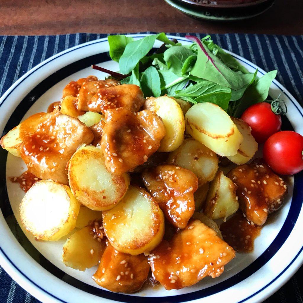 めちゃめちゃ美味しいおかず【簡単‼️みそ照り焼きじゃがトン】頻繁に安くなるトンカツ用豚ロース肉のレシピ。お肉がすごく柔らかく、甘辛いタレでご飯が進みます!じゃがいもは塩、豚肉はタレで味付けするのがポイント。鶏肉(モモ、ムネ)でも美味しいです。お弁当にも◎レシピ ↓(2人分)