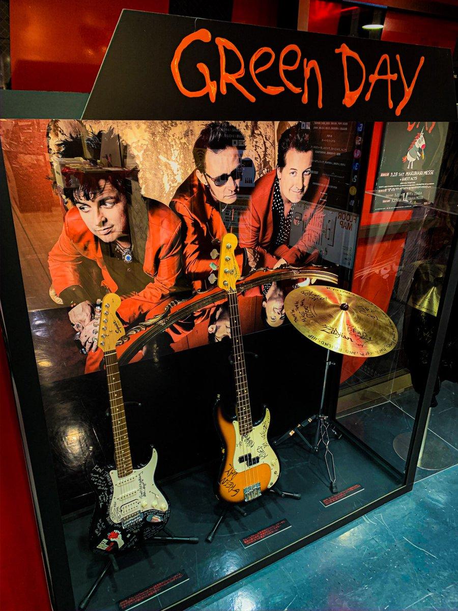 @billiejoe 只今、渋谷店6Fでは  #GREENDAY が実際にライブで使用された楽器、 その他の貴重なアイテムを多数展示してます🎸  さらに2/20までの期間限定で 〈GREEN DAY POP UP SHOP〉も開催中🎊  タワレコで先に購入して来日公演に着ていこう🤜🔥  (サダトン)  詳細⇒