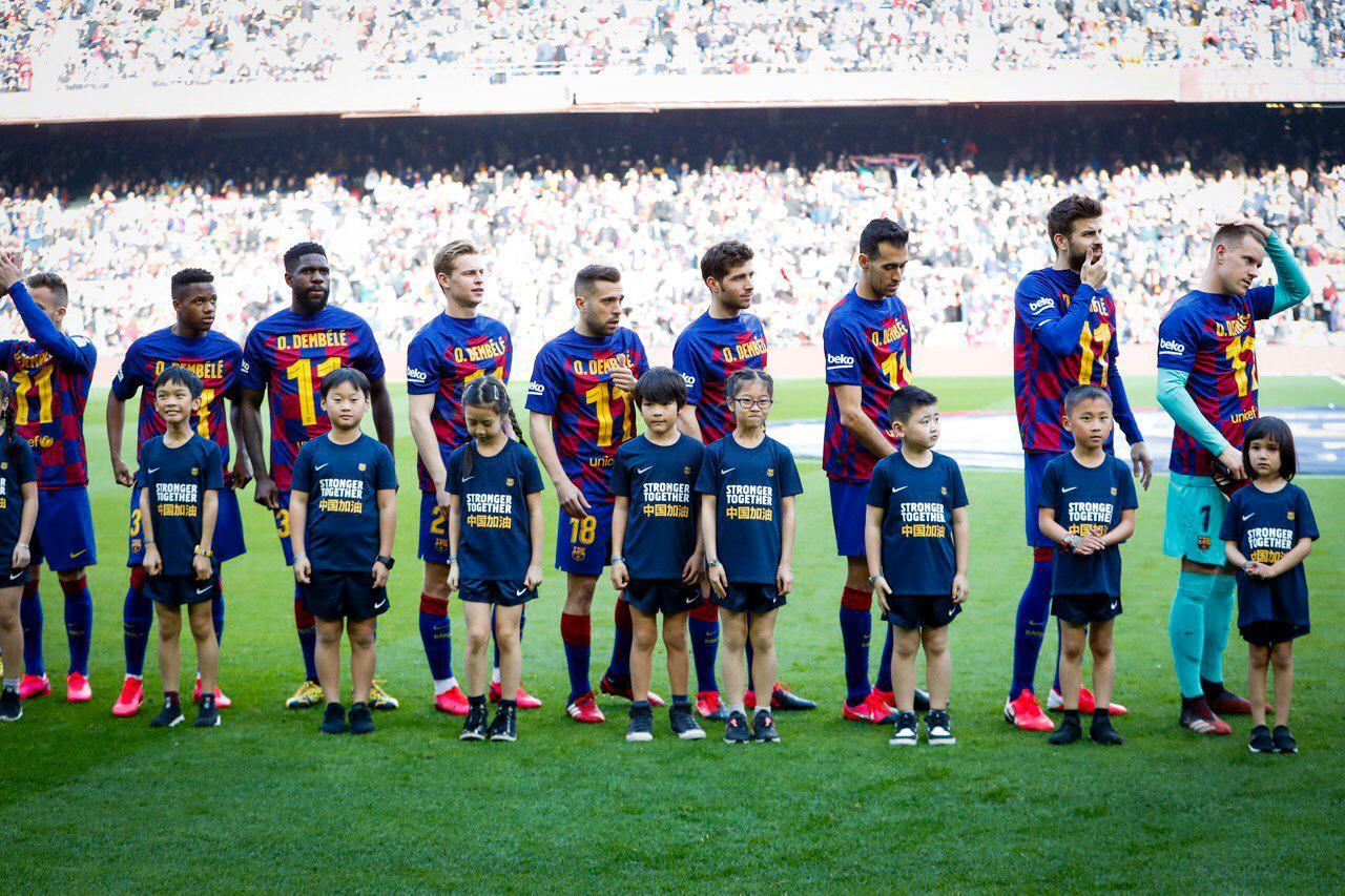 Игроки Барселоны в футболках Усмана Дембеле перед игрой с Хетафе