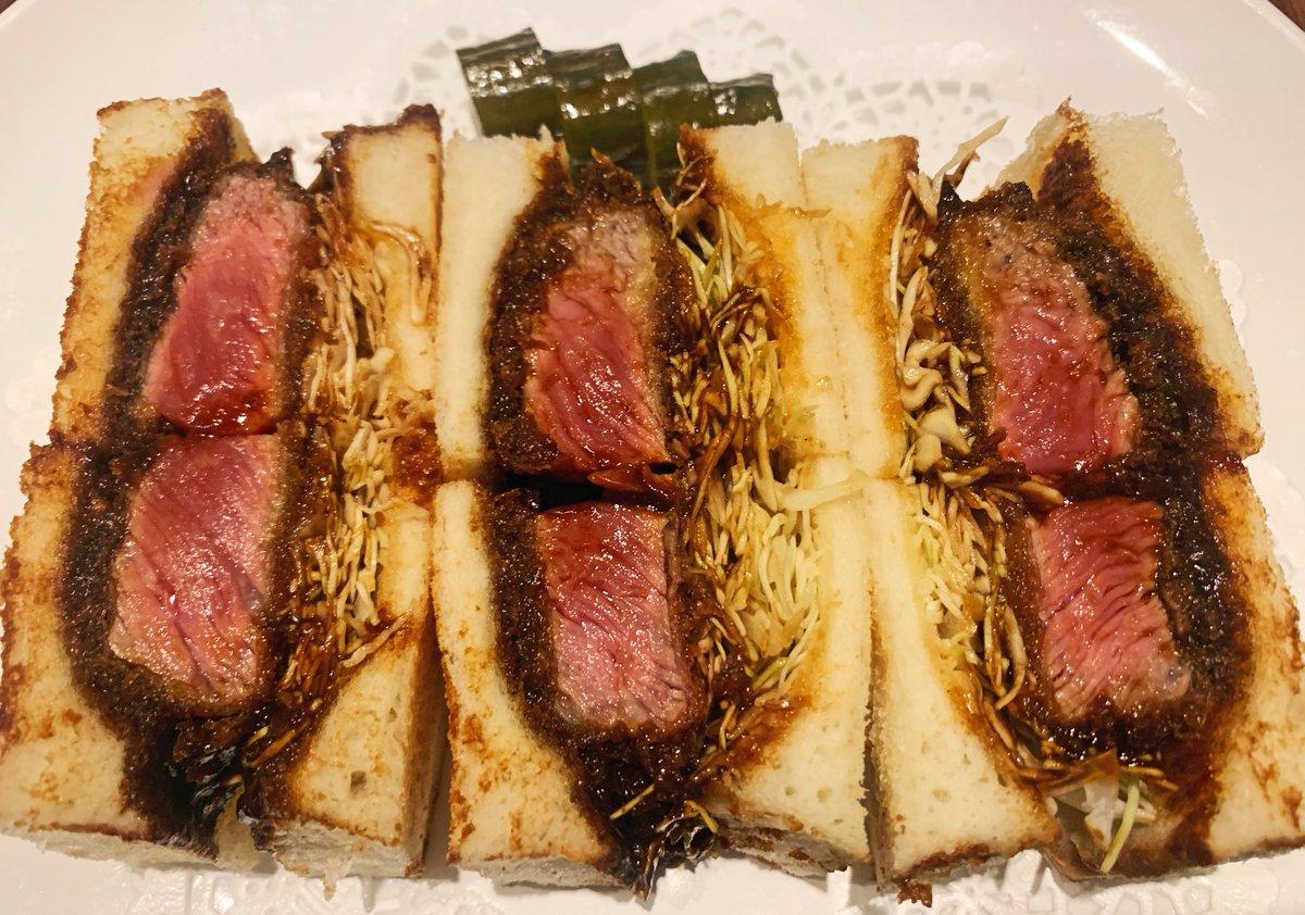 【旬香亭】@東京:目白駅から徒歩1分厚み満点なビーフカツサンドを食べられる洋食店。デミグラスソースを衣に染み込ませており、レアに仕上げられたお肉の甘味と混ざり合うと相性抜群!贅沢なカツサンドを食べたい人にはたまりません!ソースはデミグラスとトンカツソースの2種から選べます✨