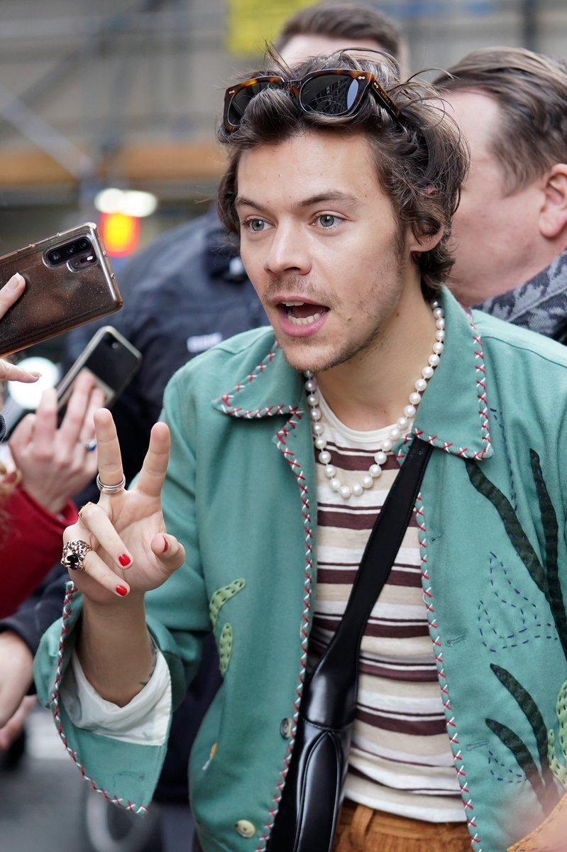 HQs | Harry outside the BBC Radio 2 studio today - February 14pic.twitter.com/grIlobV78a