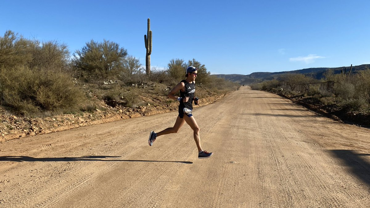 Coming into Bumble Bee Aid Station at mile 19 is @Hawks1Hayden in the lead. Looking strong! #blackcanyon100k