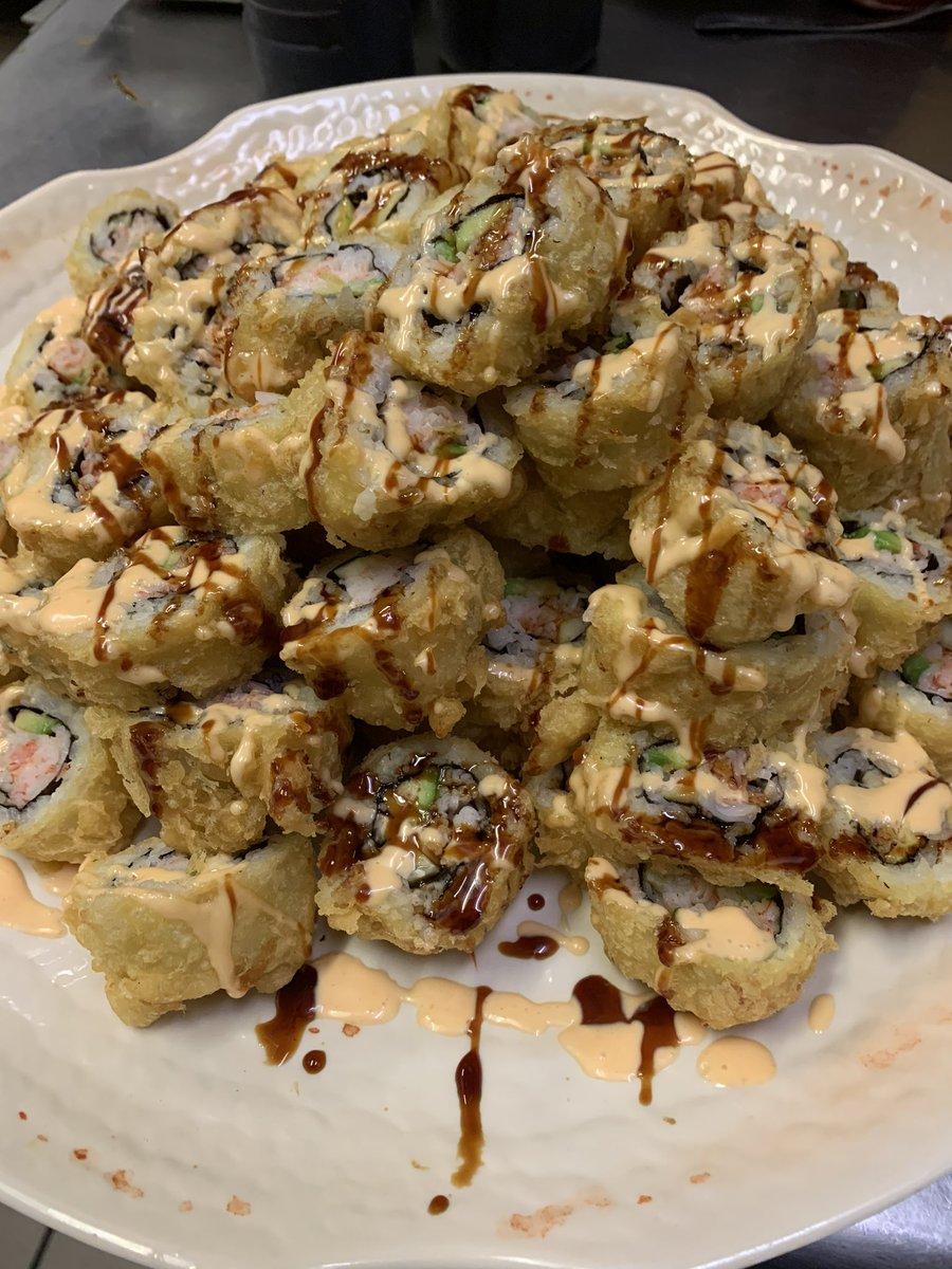 これはアメリカで人気のある食べ物でSUSHIと言います。日本の寿司が起源という説が有力です。