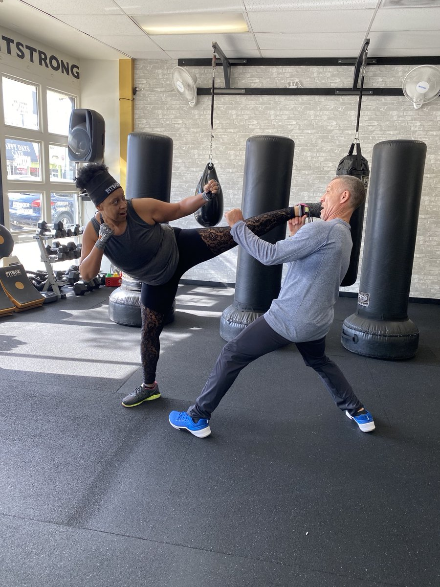 Me and Roger with a little one on one combat!!! #WorkItOut #HollyLogan #HaHaHolly #HollyHittinHollywood #HMLTheStar #IMakePeopleLaughForFree #boxing #boxinglife  #boxingclass #strongnotskinny #strongwomen #strongfemales #strongisbeautiful #womenpowerpic.twitter.com/0mRMfpEpJq