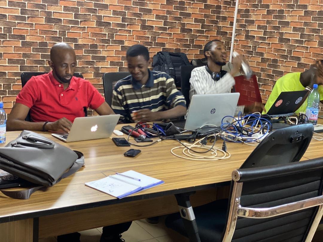 Notre équipe de développeurs travaille même les week-ends avec le smille. La satisfaction clientèle est notre crédo.#sundaymood #TeamDev #funtimes #FamibGroup