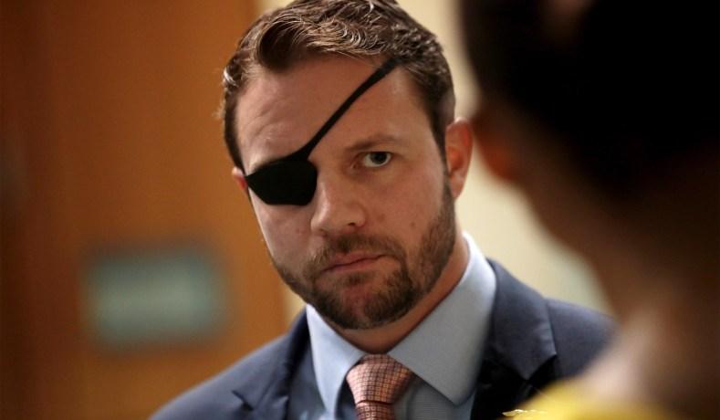 元SEALs隊員のダン・クレイショー下院議員がカッコよすぎる。2012年にアフガニスタンでIEDの爆発に巻き込まれ右眼を失うも、なおも戦闘任務を続けたという。しかも、失った右眼にはSEALsの🔱の紋章入り義眼を入れてるとか、設定盛りすぎでは