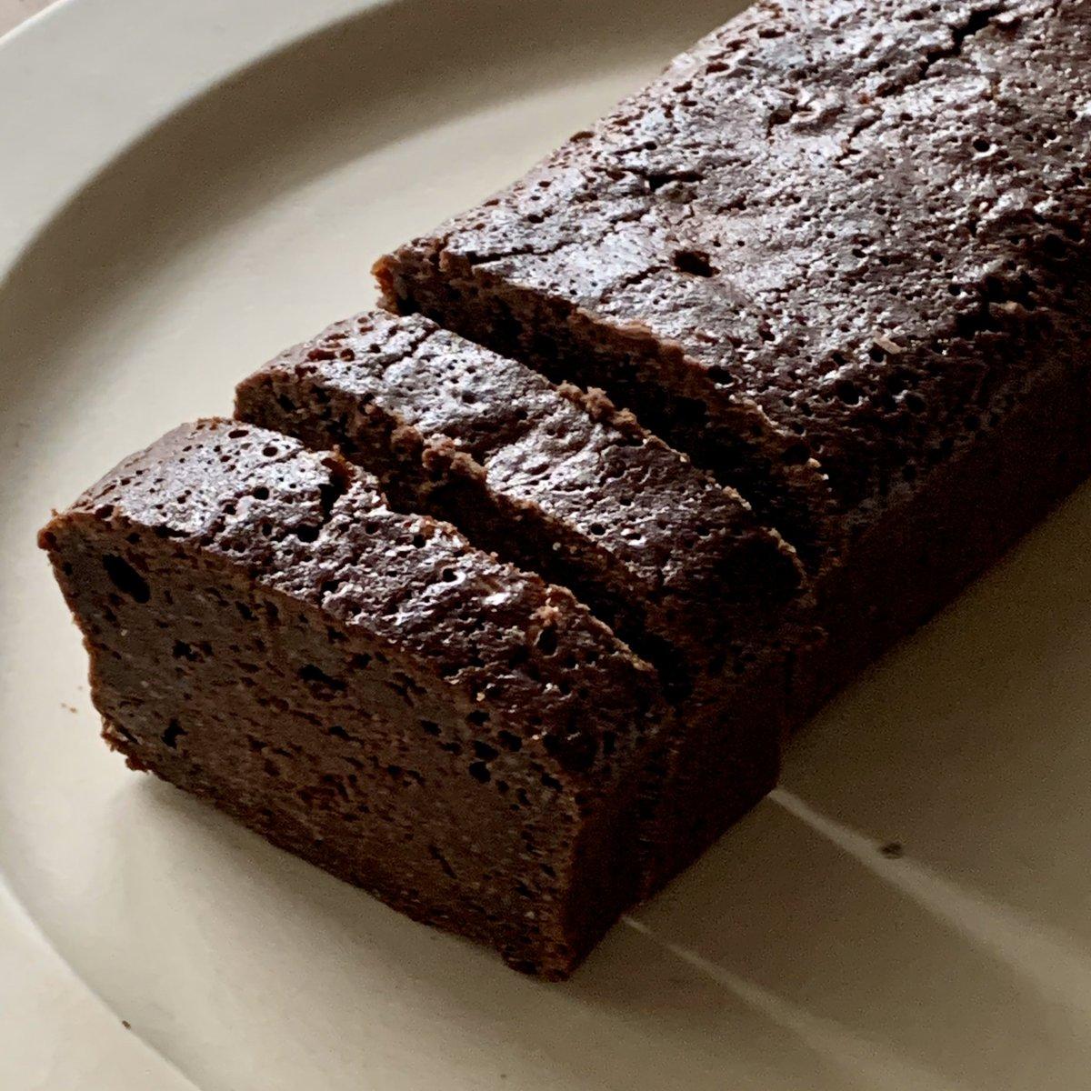チョコレートブラウニー作ったー🍫2日遅れのバレンタイン!簡単なのにとってもおいしい🤤焼けたばっかりの時は結構ぐちゃぐちゃで心配になるけど、冷めると固まるから焼き過ぎ注意!