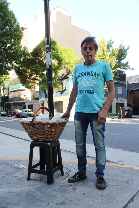 (Abro Hilo) .Se llama Antonio (Toni), se levanta a las 4 am todos los días para preparar y vender sus churros, me contó  q tmb es músico, su cara de alegría cuando le ofrecí sacarle unas fotos (luego de haberle comprado media docena calentitos) para poder conseguir más clientes.