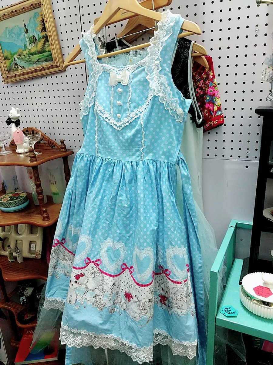 Found a (Bootleg??) Lolita dress at the vintage mallpic.twitter.com/rWwGE31G4W