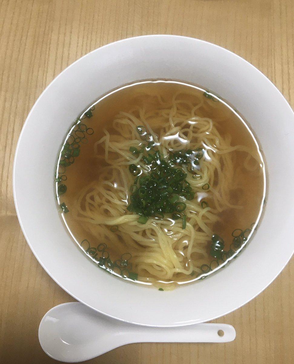 麺つゆと鶏スープで汁そば。市販のラーメンは基本、麺だけ茹でて使います