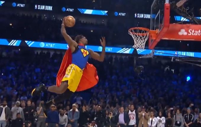 【影片】超人再現!Howard穿超人衣服拿Kobe簽名球表演,板後傳球騰飛空接灌籃!