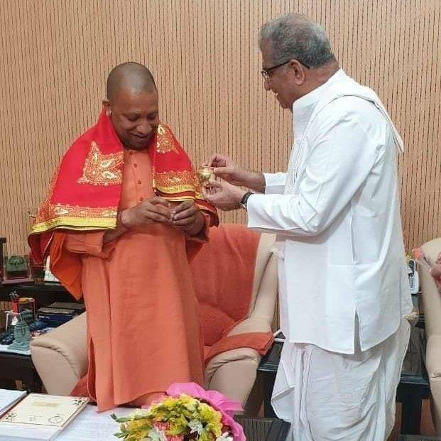A Jain administrator (Sri @HeggadeD) of a Shaivite temple (Dharmasthala in #Karnataka) called on a Yogi (Sri @myogiadityanath) of Natha sampradaya before visiting the reconstruction site of a Vaishnava temple (#Ayodhya #RamMandir).#India's Unity in diversity😎Sanatana Dharma❤️