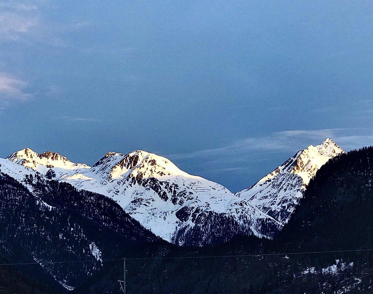 Guten Morgen Twitterfreunde   Moderate Kälte  Knirschender Schnee  Leuchtende Berge  Murmelnder Bach  Zweisamkeit   So gefällt Hunderunde  So macht Sonntag Freunde   Euch allen einen ebenso wunderbaren Sonntag. pic.twitter.com/TnbPvAsWG7