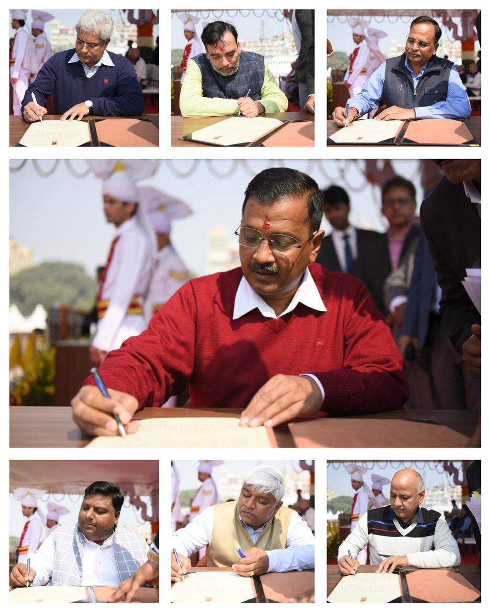 Delhi CM @ArvindKejriwal along with @msisodia, @AapKaGopalRai, @ImranHussaain, @SatyendarJain, @kgahlot and @AdvRajendraPal were sworn in as ministers.