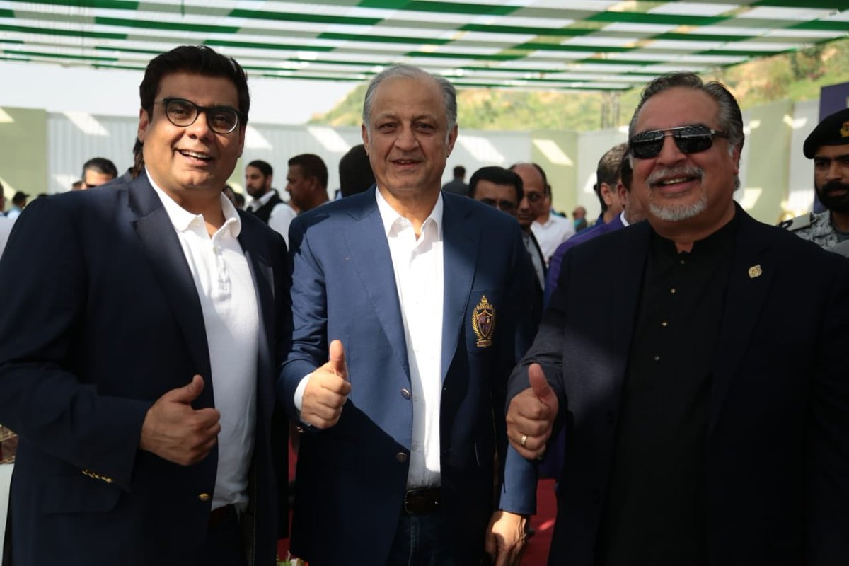 Thats the Spirit of the Game 👍🏻 Thumbs up for the Biggest Tournament of #Pakistan 🇵🇰 #HBLPSLV where entire nation celebrates the #JeetofPakistan ✌🏻... Owner of #KarachiKings @Salman_ARY and owner of @TeamQuetta @nadeem_omar57 with Governor #Sindh @ImranIsmailPTI #YehHaiKarachi https://t.co/oA1GPe5FT0