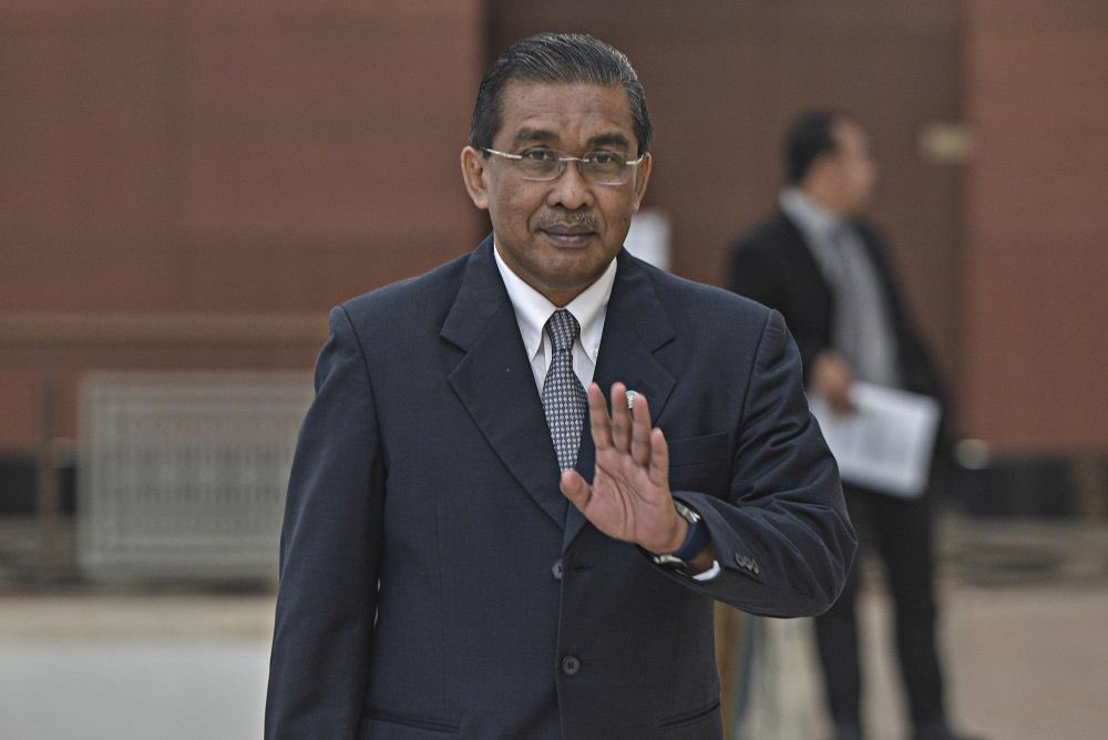 Only the Yang di-Pertuan Agong has the authority to determine Malaysia's prime minister, with talks of handover from Tun Dr Mahathir Mohamad to Datuk Seri Anwar Ibrahim infringing upon the royal authority, said PAS.  - Taki ni lawyer kan ? Kenapa nampak mcm wayar putus ? <br>http://pic.twitter.com/WQ5Ean5HSw