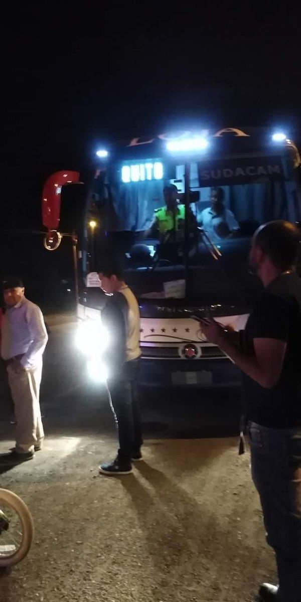Este viernes 14 de febrero cerca de la media noche, dos ciudadanos intentaron asaltar un bus de  Coop. de  transportes #Loja que se encontraba estacionado a un costado de la vía en la Av. 8 de abril del cantón #ElTriunfo. pic.twitter.com/Eh64HKawnM