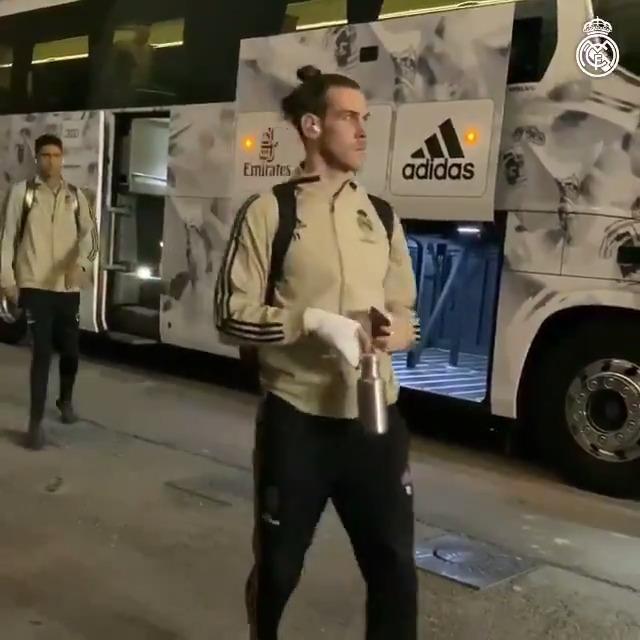 🚍🤩 選手たちがスタジアムに到着! いつも #トニー・クロース が一番最後にバスを降りることは知っていましたか? #HalaMadrid