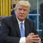 Image for the Tweet beginning: Trump seeks split-screen moments in