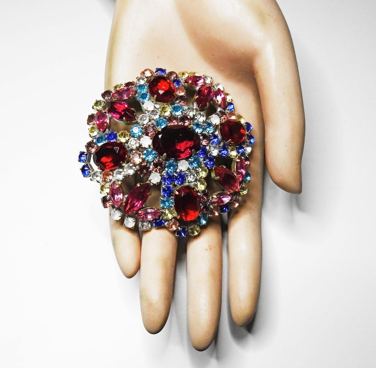 💜   #glassworks #broochaddict #brooche #jewelrygiftsforher #jewelrygifts #jewelryblogger #jewelryinspiration #jewelrystyle #jewelrystore #jewelryshop #oneofakindjewelry #jewelrylovers #luxurylifestyle #jewels #giftidea #perfectgift
