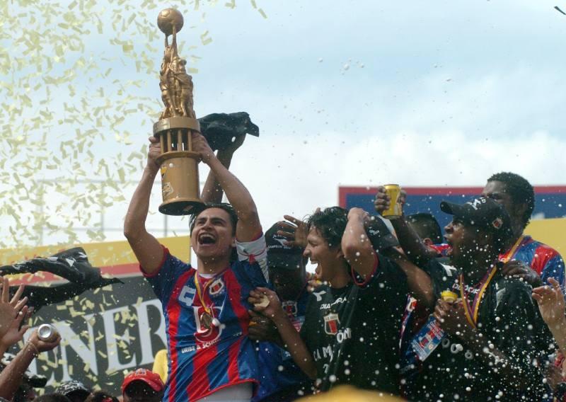 Tres títulos que llevaron a la hecatombe del #DeportivoQuito ► http://ow.ly/EJpt50ynGra