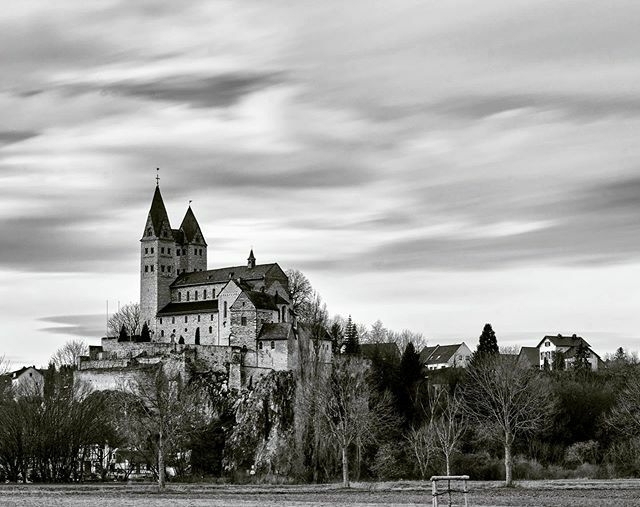 Die Kirche St. Lubentius in Limburg Dietkirchen empfängt die Vorboten von Sturm Victoria.  #limburg #dietkirchen #kirche #lubentius #stlubentius #church #sturm #schwarzweiss #schwarzweissfotografie #blackandwhite #blackandwhitephotography #monochrome #la… https://ift.tt/39AVwYXpic.twitter.com/QjXpQDU01z