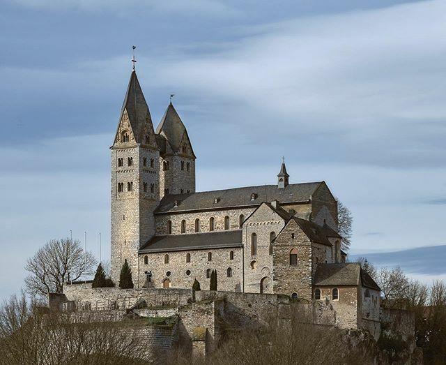 St. Lubentius in Dietkirchen.  #limburg #dietkirchen #kirche #lubentius #stlubentius #church #sturm #schwarzweiss #schwarzweissfotografie #blackandwhite #blackandwhitephotography #monochrome #landscape #landschaftsfotografie #limburg24 https://ift.tt/2Sya06fpic.twitter.com/tK3PjSAowj