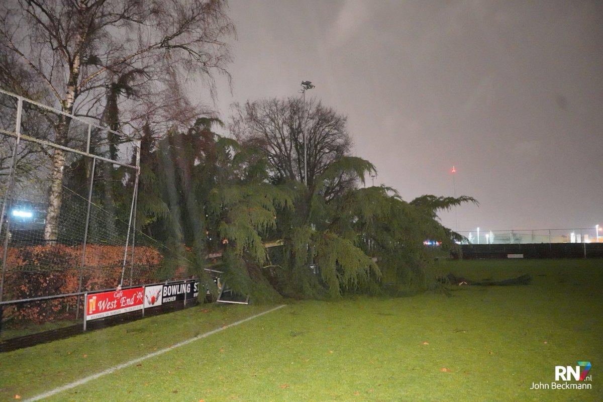 Ook voetbalvereniging BlauwWit uit Nijmegen ondervindt last van storm Dennis. https://rn7.nl/nieuws/storm-dennis-raast-over-nijmegen-en-omgeving…pic.twitter.com/9IsABQBraE
