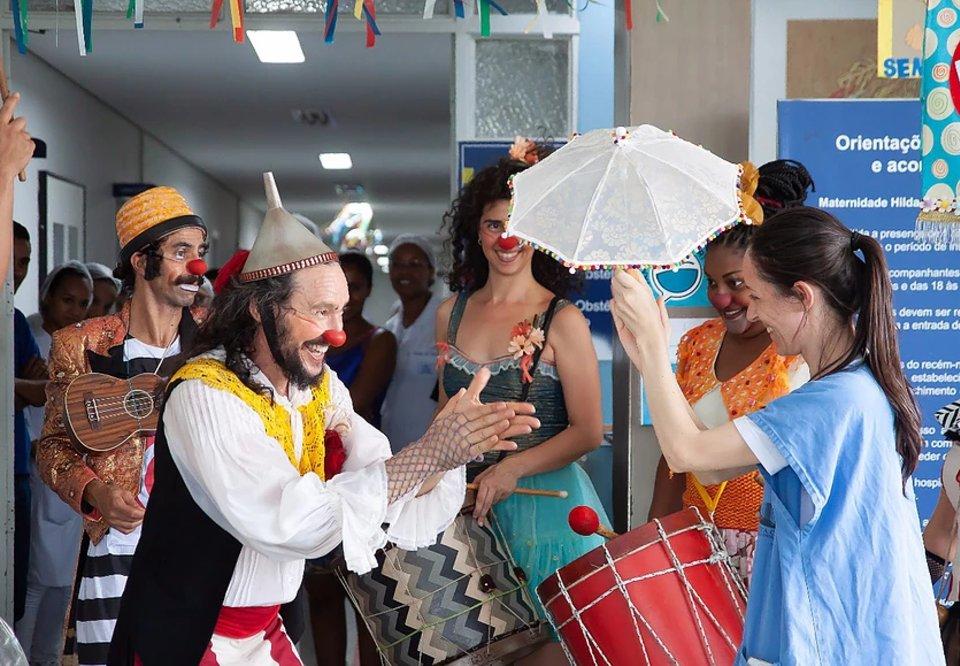 #CaféFolia Palhaços levam bloco de carnaval para hospitais e instituições de acolhimento de Minas Gerais. Saiba mais: