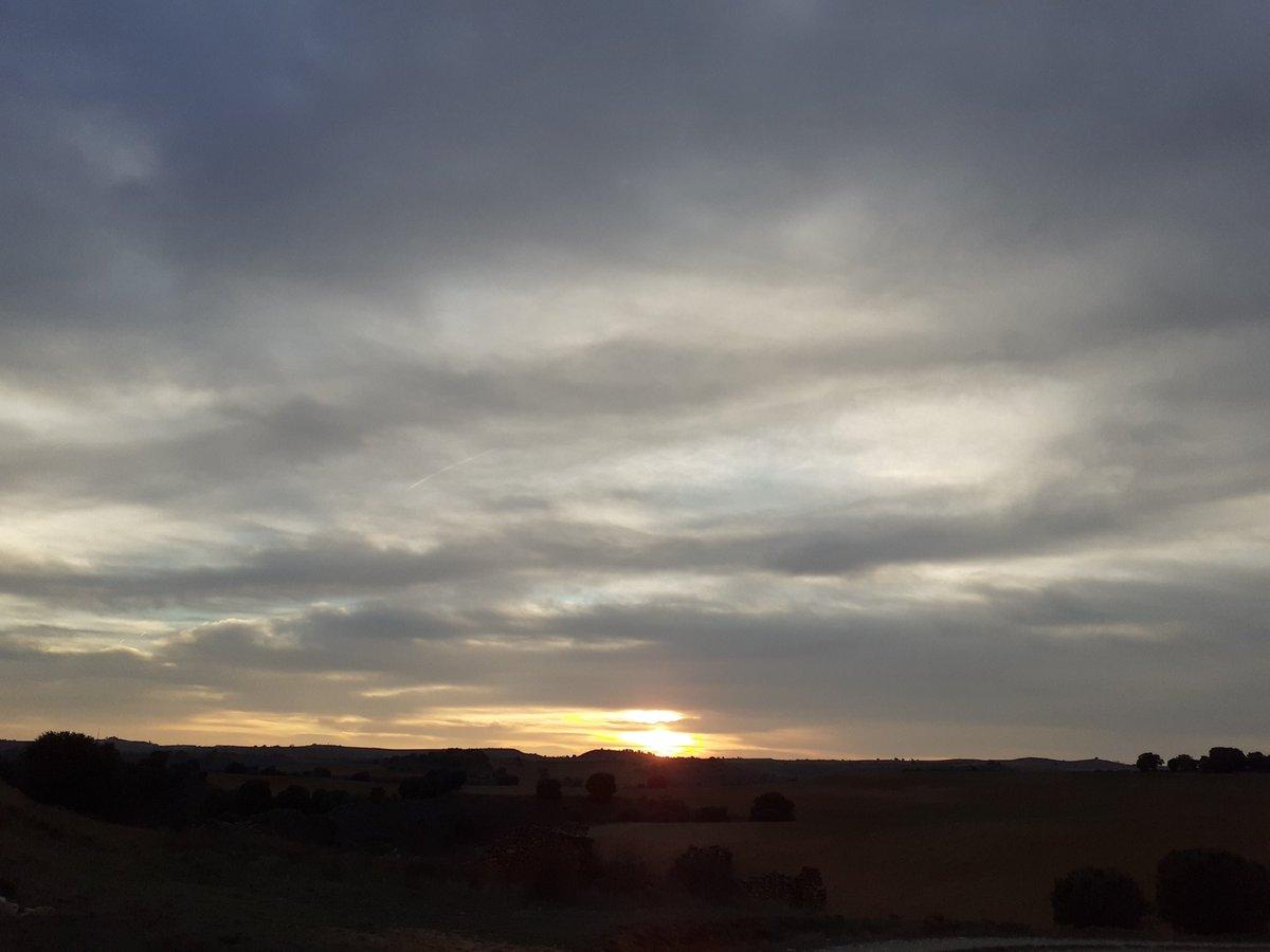 Ya se acaba el fin de semana y nos deja este atardecer. ¡Buenas noches! #ComparteTuAtardedecer #Soria #SeAcaboLoBueno pic.twitter.com/F6Wt3LalWN