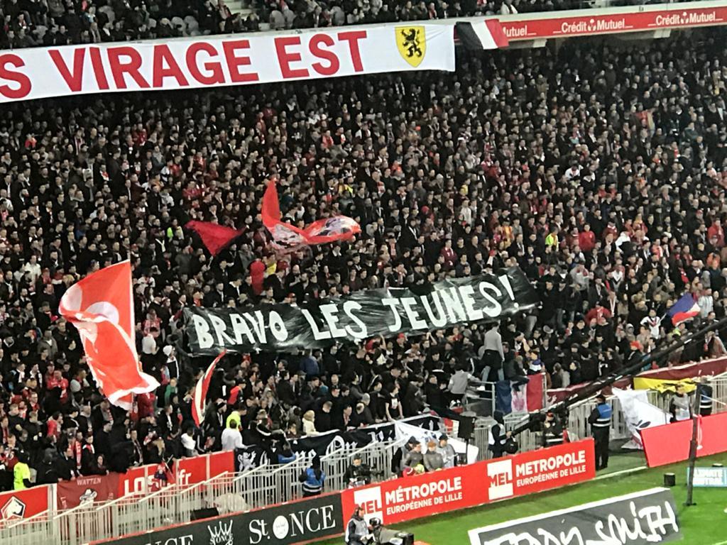 Dans la tribune, nos supporters rendent hommage au parcours de nos U19 en @UEFAYouthLeague 👏  #LOSCOM 0-0 | ⏱ 47'