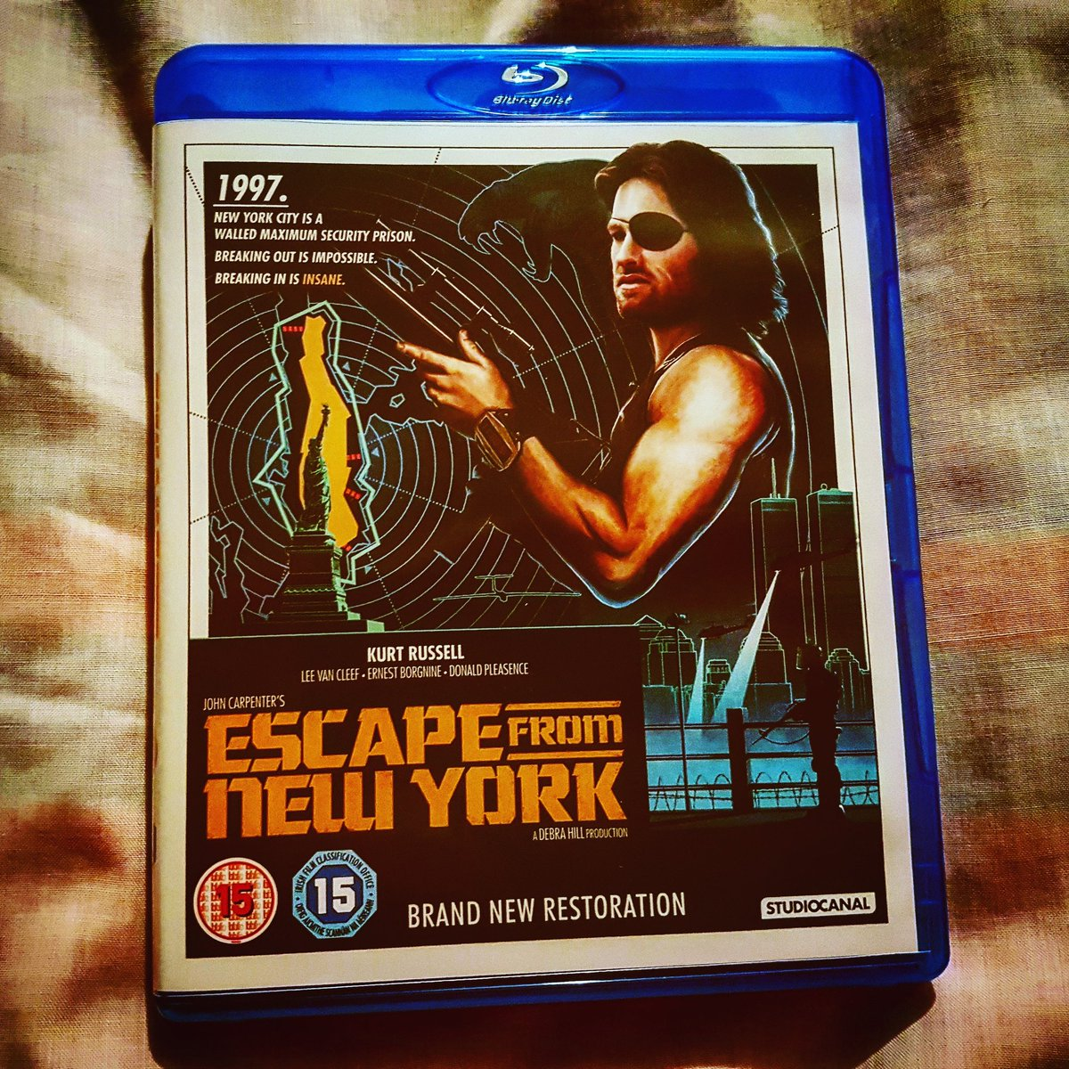 it's the return of the #sundaynightmovie ! This week this classic #johncarpenter #escapefromnewyorkpic.twitter.com/0T4N5OslwA