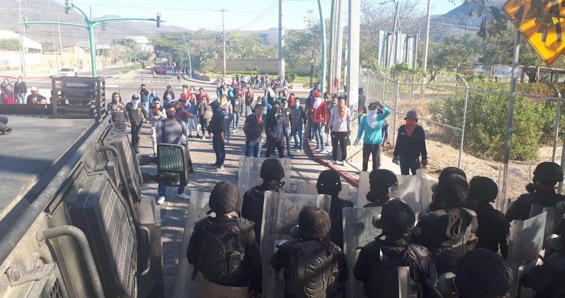 Se enfrentan policías contra normalistas y padres de los 43 en Chiapas
