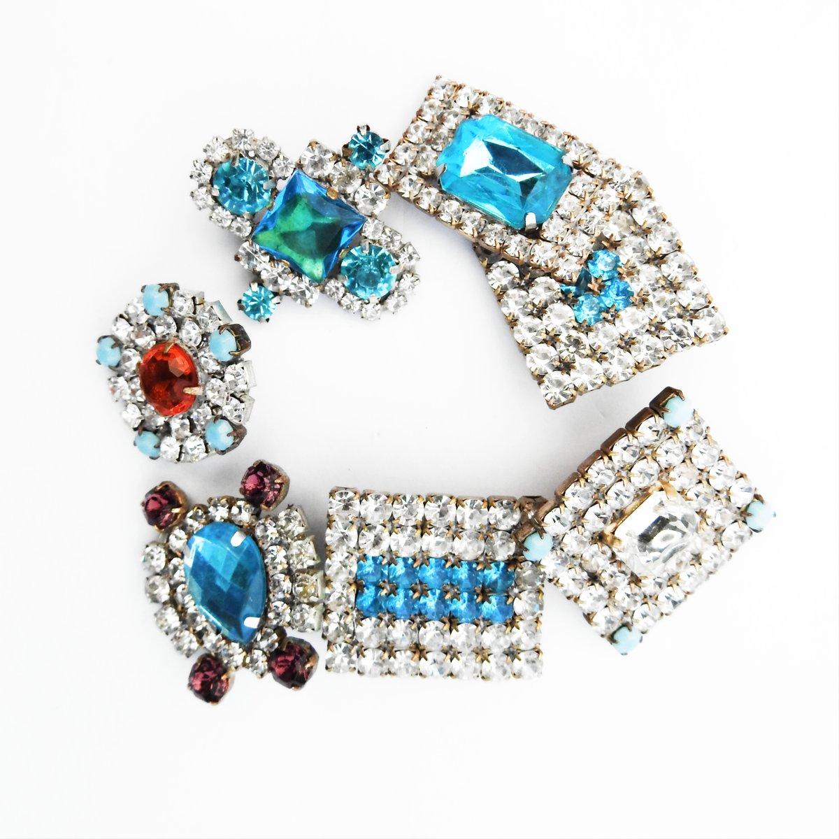 #etsyshop 💝   #jewelry_making #makingjewelry #jewelrymakingsupplies #diyjewelrymaking #jewelrystore #jewelrystyle #jewelrymaker #jewelrydesigns #jewelryoftheday #bijoux #bracelets #buttonjewelry #buttons #womeninbusiness #statement #bold #blue #czechglass