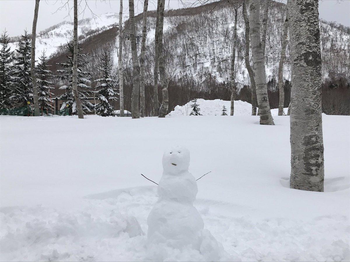 #雪だるま 発見!その10 リゾート内で見つけた、お客様の作った雪だるまをご紹介🎶 雪だるまつくーろぅー🎤❄  シャトルバス待ち時間中の短時間で作り上げられた、とても微笑ましいだるまさんです😌 #ヒルトンニセコビレッジ #snowman https://t.co/rXh5Rjm47t