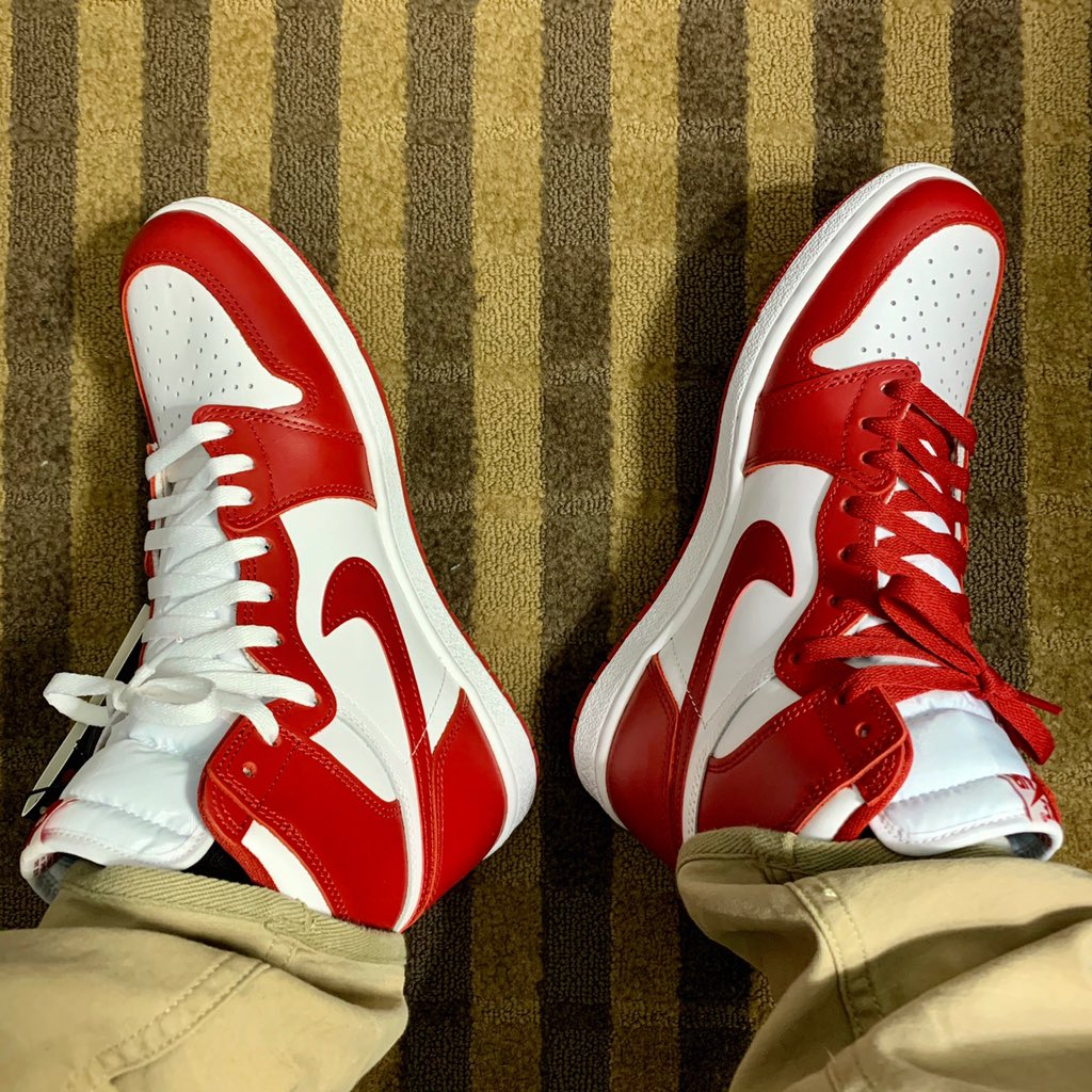 White or Red laces<br>http://pic.twitter.com/i0TN23WJIp